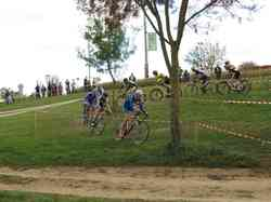 <a href='/uploaded/photo/2016-saumur-cyclo-cross-5803d1f9bd901.jpg' style='color : #fff;'>(Télécharger)</a>