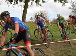 <a href='/uploaded/photo/2016-saumur-cyclo-cross-5803d234cdd42.jpg' style='color : #fff;'>(Télécharger)</a>