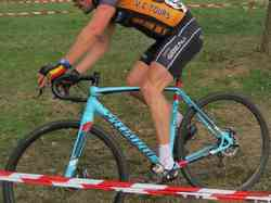 <a href='/uploaded/photo/2016-saumur-cyclo-cross-5803d29f424b5.jpg' style='color : #fff;'>(Télécharger)</a>